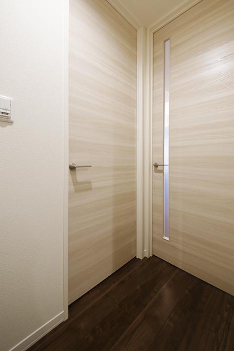 勝川【Parfum(パルファン)】101号室_廊下_洋室(5.8帖)・LDKへのドア_MG_4494