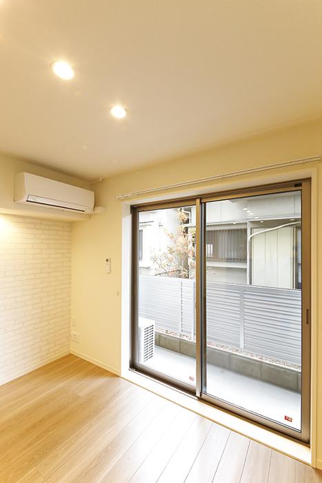 勝川【Parfum(パルファン)】102号室_LDKの窓とライティング_MG_5056