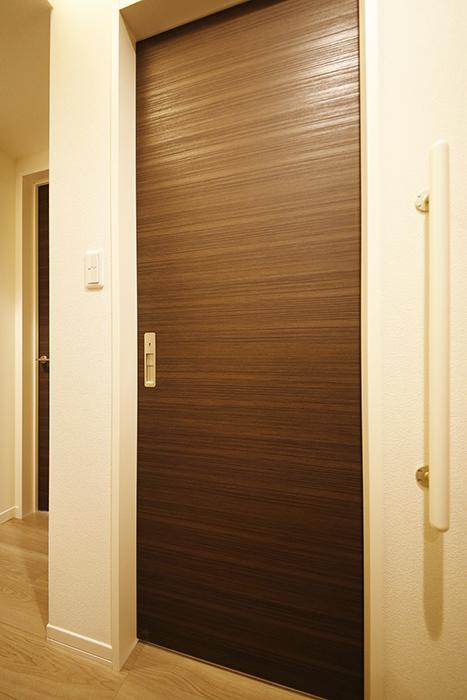 勝川【Parfum(パルファン)】102号室_水周りへのドア_MG_4764
