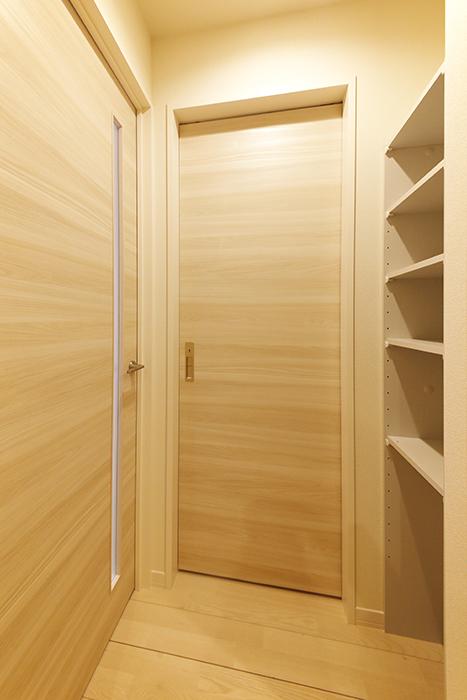 勝川【Parfum(パルファン)】103号室_廊下_水周り・LDKへのドア、収納棚_MG_5206