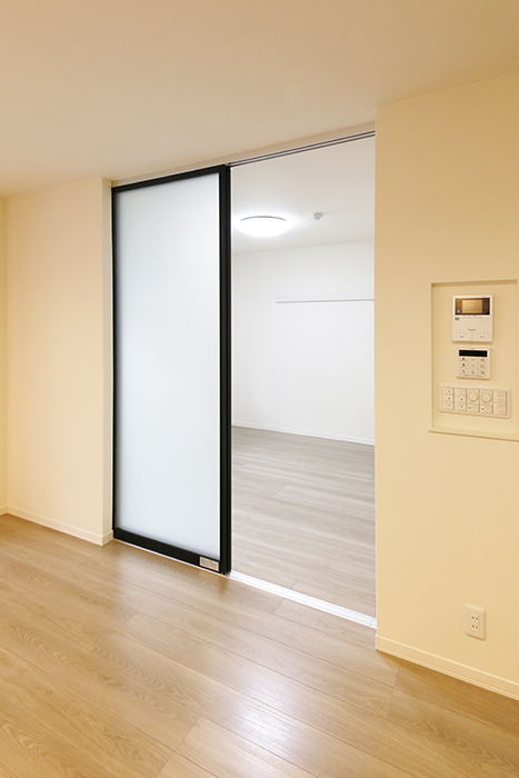 勝川【Parfum(パルファン)】102号室_LDKと洋室(5.3帖)の仕切りのドアを開閉_MG_5072