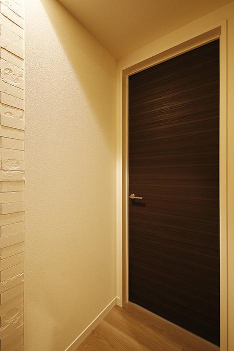 勝川【Parfum(パルファン)】102号室_洋室(7帖)へのドア_MG_4855