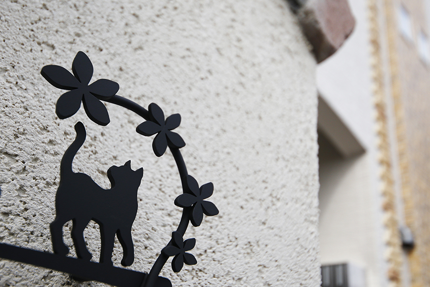 西尾市【モフズヴィラ(Mofz Villa Imagawa)】外観・共有_ネコもウェルカムなアイアンのオシャレな銘板_MG_7429