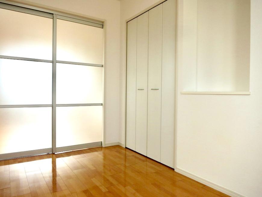洋室5.9帖。 おしゃれなキッチンのある暮らし。 Hermmitage SHINSAKAE エルミタージュ新栄 1005号室 3