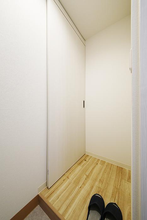 西尾市【モフズヴィラ(Mofz Villa Imagawa)】106号室_玄関周り_キッチン・洋室へのドア_MG_5896