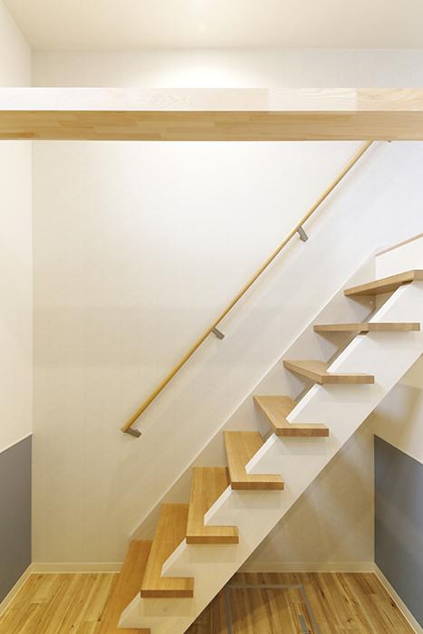 西尾市【モフズヴィラ(Mofz Villa Imagawa)】106号室_洋室からロフトへの階段_MG_7296