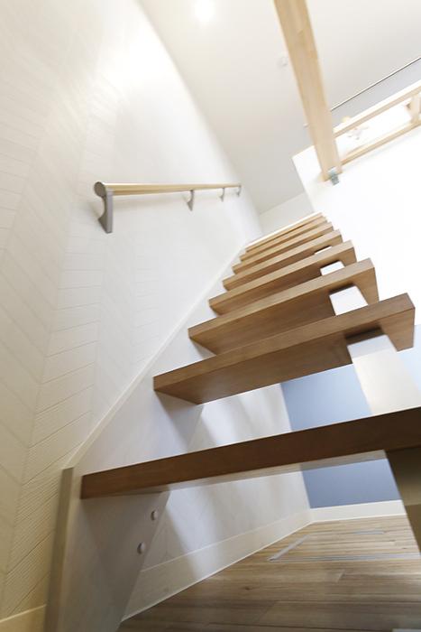 西尾市【モフズヴィラ(Mofz Villa Imagawa)】106号室_洋室からロフトへの階段をネコ目線で_MG_6229