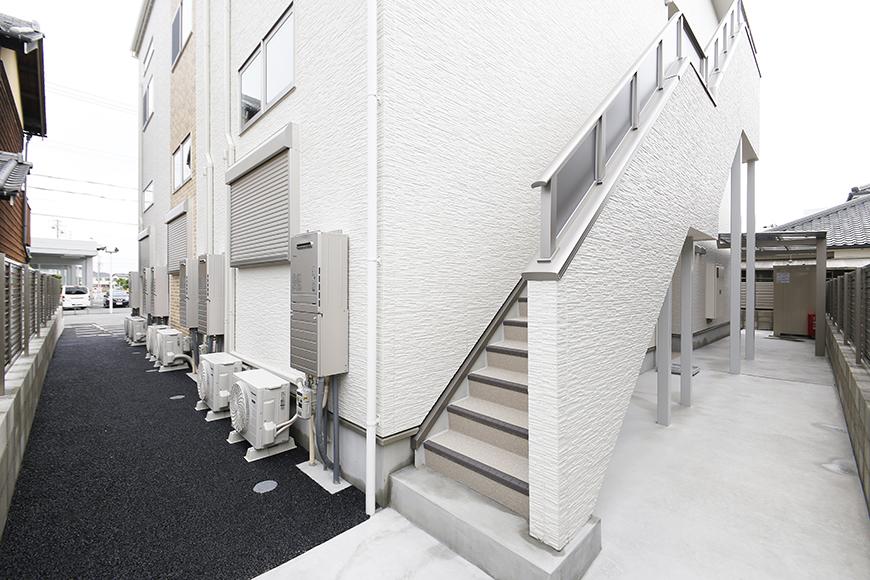 西尾市【モフズヴィラ(Mofz Villa Imagawa)】外観・共有_裏手にある二階への階段など_MG_6938