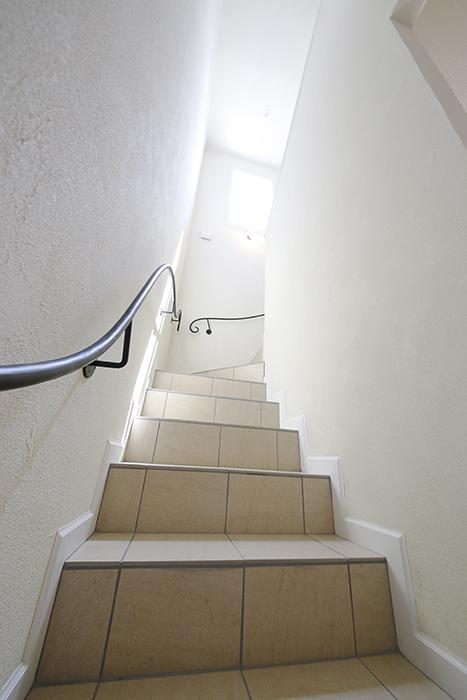まるで洋館。アイアンの手すりの階段が素敵_MG_5411