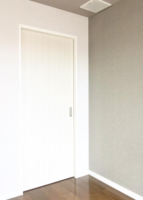 13帖の洋室。大きなウォークインクローゼット付き。ASKA HILLS 13
