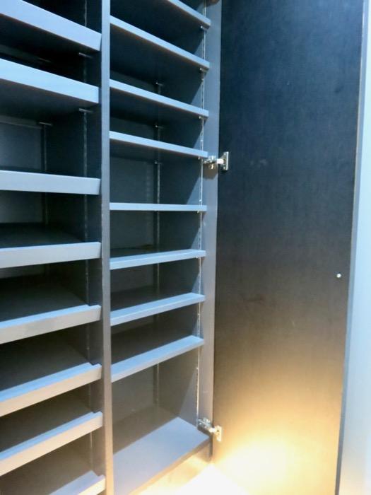 玄関・コンクリート打ちっ放し&ブラックのクールな玄関。フットライトもいい雰囲気。ARK HOUSE 南館 3A 何もかもが魅力的な創造空間。9