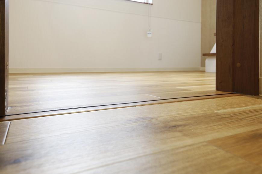 西尾市【モフズヴィラ(Mofz Villa Imagawa)】206号室_キッチンから洋室への間は段差ナシ_MG_7021