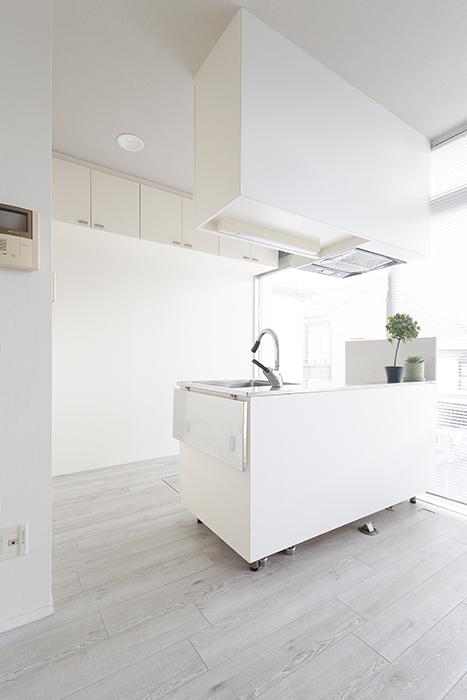 【M/F HOUSE】008号室_LDK_キッチン_白のワントーンでスッキリ・シンプル_MG_3270