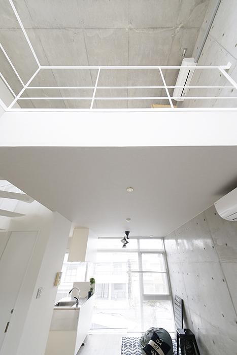 【M/F HOUSE】008号室_LDK_リビングからメゾネット部分を見上げる_MG_3418