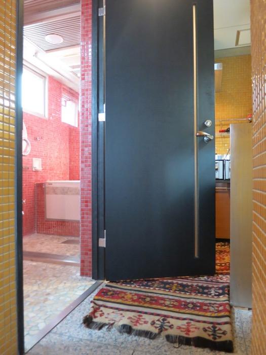 バスルーム&トイレ。鮮やかでお洒落なモザイクタイル貼りのバスルーム&トイレ。ARK HOUSE 南館 3A 何もかもが魅力的な創造空間。0