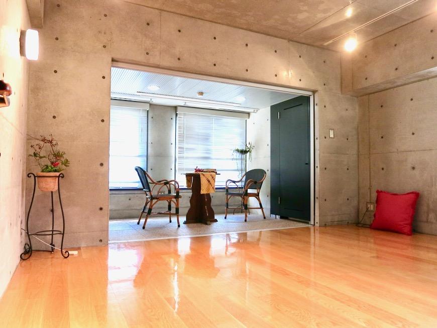 コンクリート打ちっ放しのクールなお部屋。6帖(サンルーム付き)。ARK HOUSE 南館 3A 何もかもが魅力的な創造空間 ARK HOUSE 南館 3A 何もかもが魅力的な創造空間。3