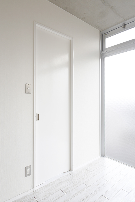 【M/F HOUSE】008号室_洋室_サニタリールームへのドア_MG_3542