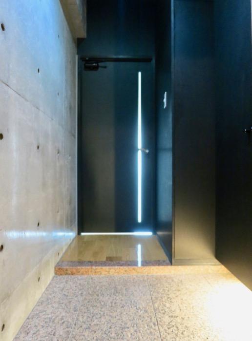 玄関・コンクリート打ちっ放し&ブラックのクールな玄関。フットライトもいい雰囲気。ARK HOUSE 南館 3A 何もかもが魅力的な創造空間。0