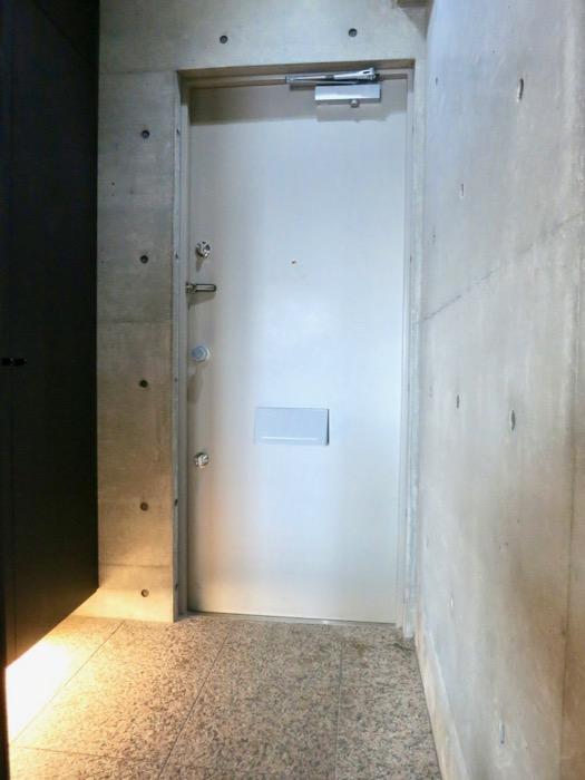 玄関・コンクリート打ちっ放し&ブラックのクールな玄関。フットライトもいい雰囲気。ARK HOUSE 南館 3A 何もかもが魅力的な創造空間。5