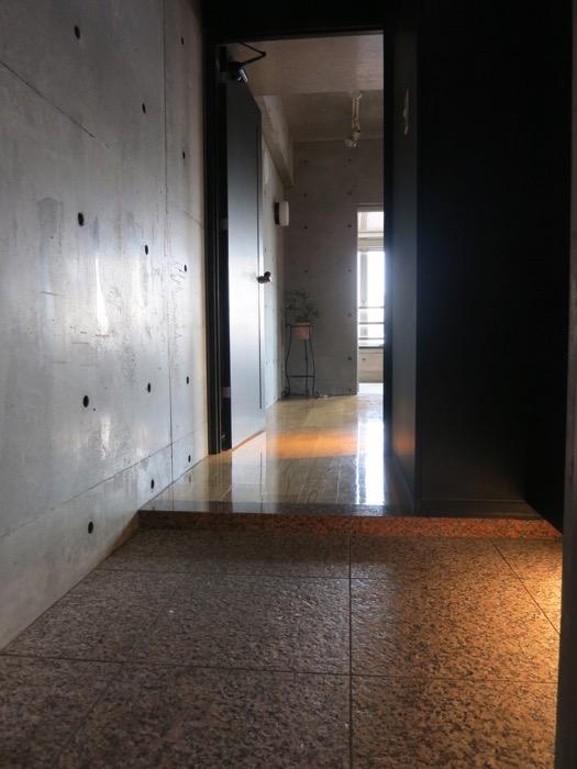 玄関・コンクリート打ちっ放し&ブラックのクールな玄関。フットライトもいい雰囲気。ARK HOUSE 南館 3A 何もかもが魅力的な創造空間。8
