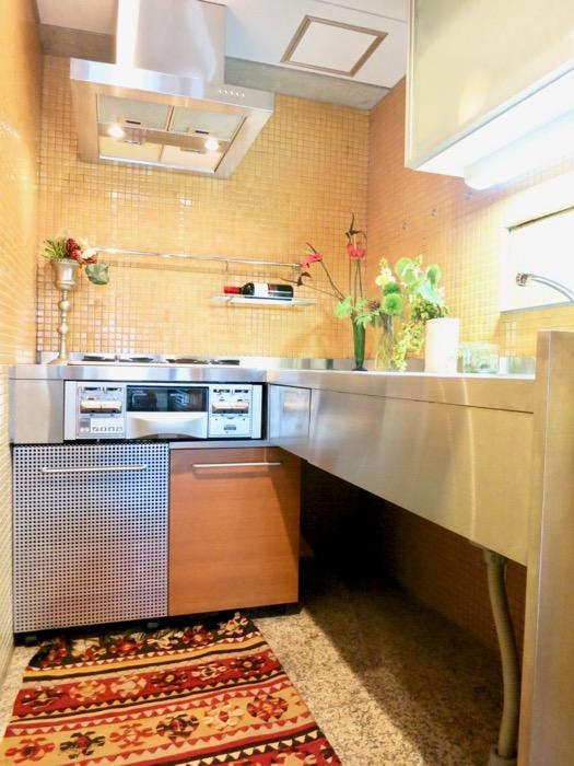 キッチン。鮮やかでお洒落なモザイクタイル貼りのキッチン。ARK HOUSE 南館 3A 何もかもが魅力的な創造空間。8