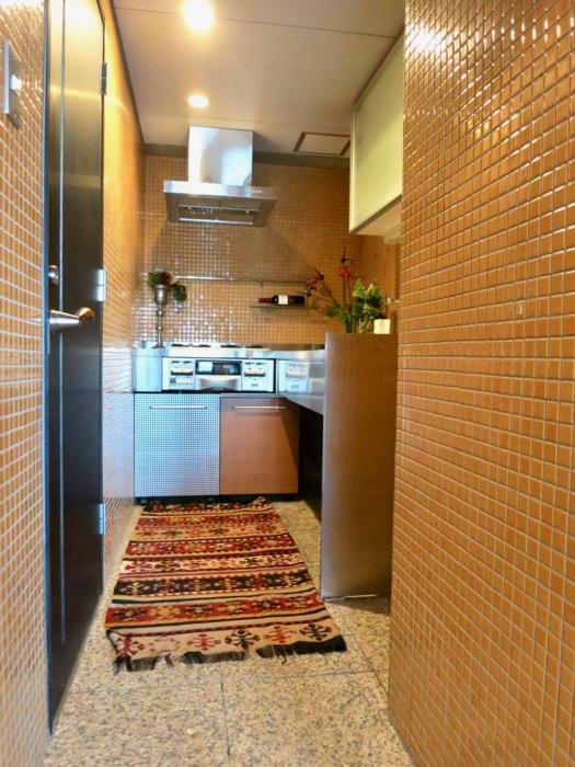 キッチン。鮮やかでお洒落なモザイクタイル貼りのキッチン。ARK HOUSE 南館 3A 何もかもが魅力的な創造空間。1