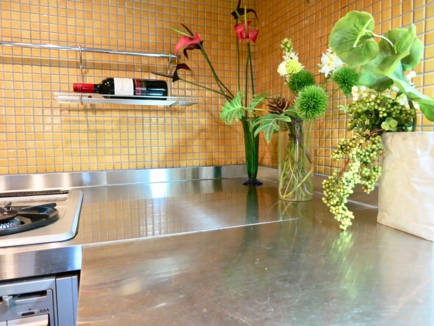 キッチン。鮮やかでお洒落なモザイクタイル貼りのキッチン。ARK HOUSE 南館 3A 何もかもが魅力的な創造空間。11