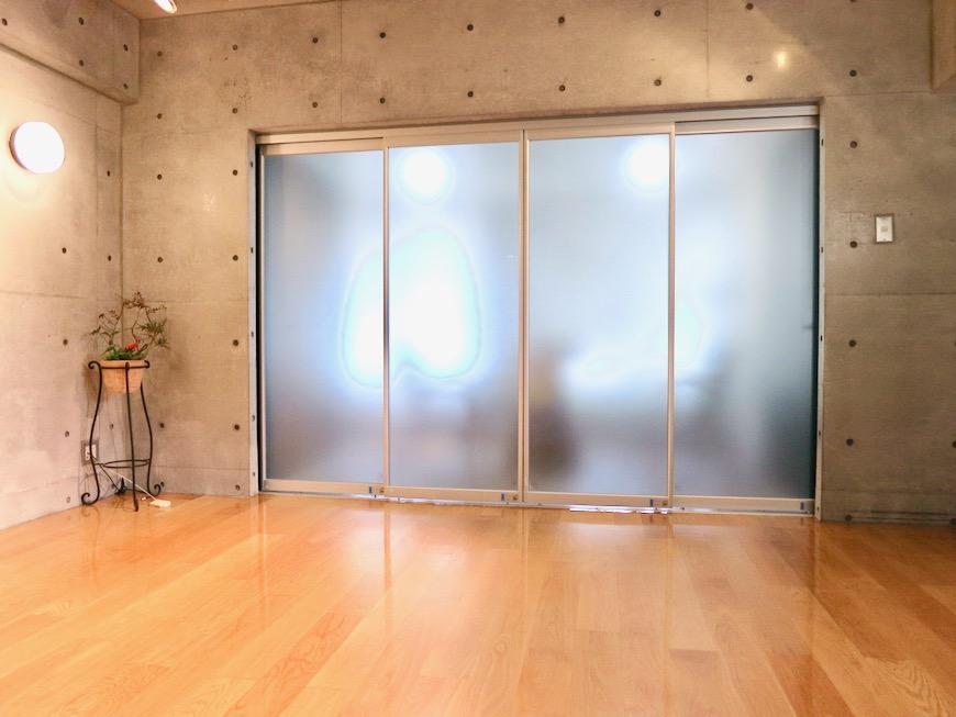 コンクリート打ちっ放しのクールなお部屋。6帖(サンルーム付き)。ARK HOUSE 南館 3A 何もかもが魅力的な創造空間。15