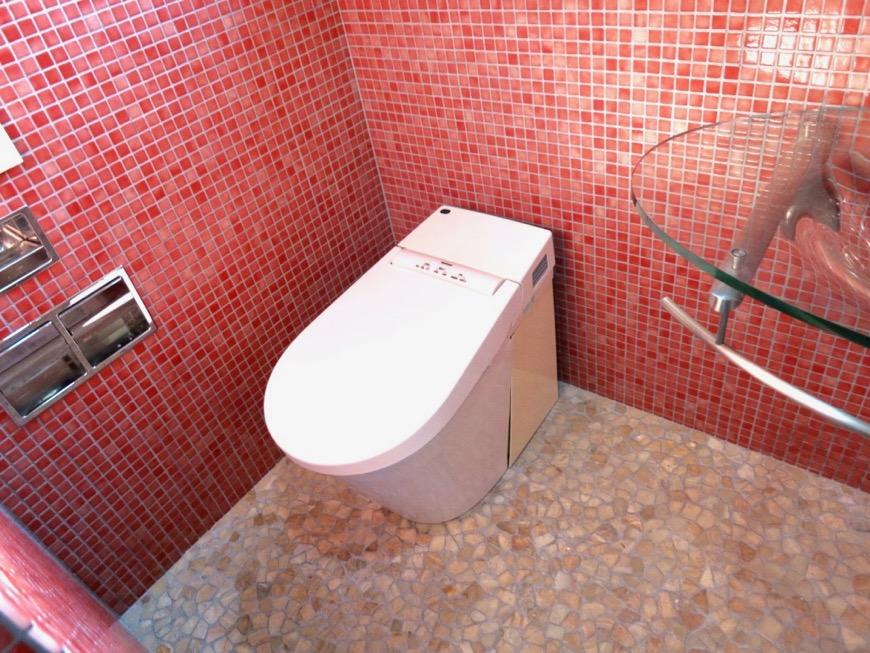 バスルーム&トイレ。鮮やかでお洒落なモザイクタイル貼りのバスルーム&トイレ。ARK HOUSE 南館 3A 何もかもが魅力的な創造空間。3