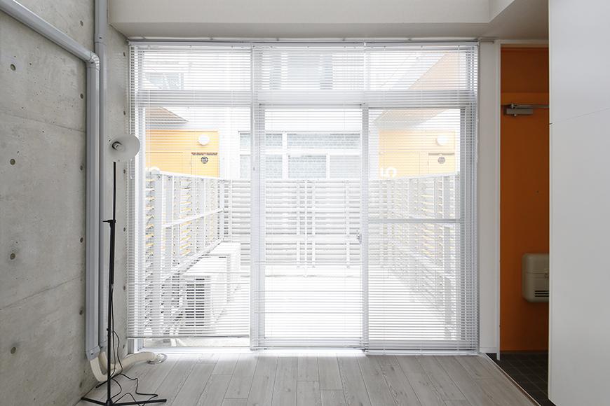 【M/F HOUSE】008号室_LDK_リビング_大きな窓の向こうにはバルコニー_MG_3396