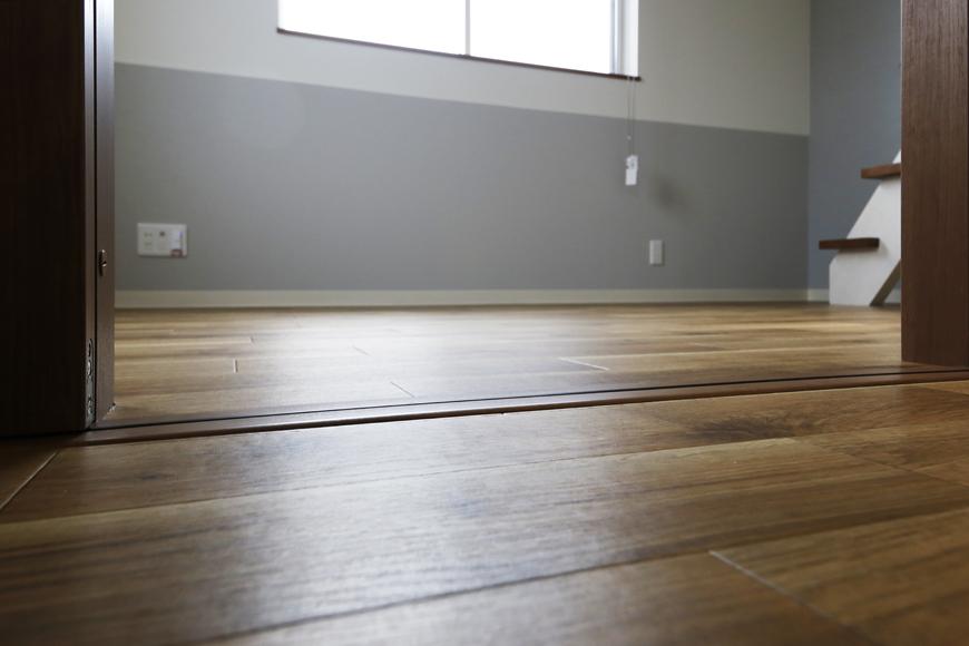 西尾市【モフズヴィラ(Mofz Villa Imagawa)】201号室_キッチン周りから段差無く洋室へ_MG_7222