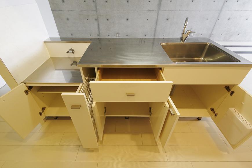 【M/F HOUSE】001号室_LDK_キッチン_全景_足もと収納_MG_2862