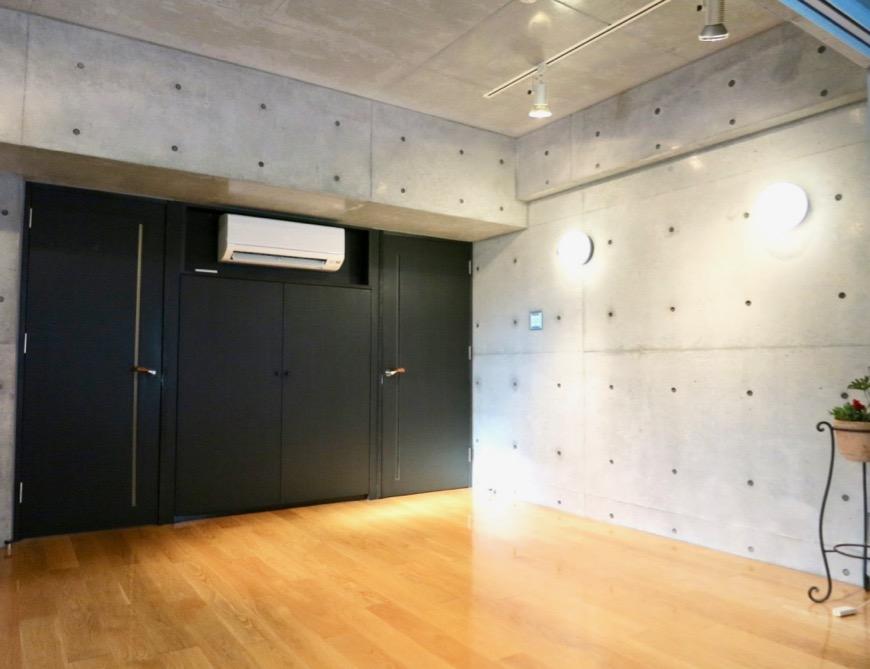 コンクリート打ちっ放しのクールなお部屋。6帖(サンルーム付き)。ARK HOUSE 南館 3A 何もかもが魅力的な創造空間。14