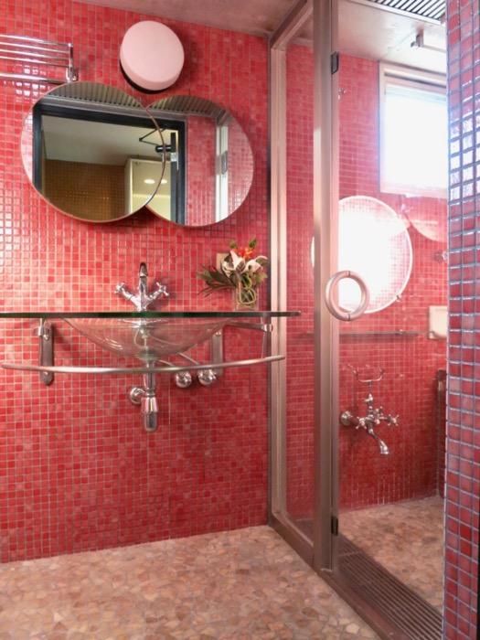 バスルーム&トイレ。鮮やかでお洒落なモザイクタイル貼りのバスルーム&トイレ。ARK HOUSE 南館 3A 何もかもが魅力的な創造空間。1
