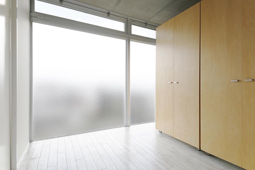 【M/F HOUSE】008号室_洋室_可動式のクローゼット収納を窓際へ_MG_3527