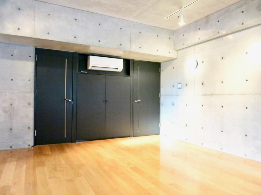 コンクリート打ちっ放しのクールなお部屋。6帖(サンルーム付き)。ARK HOUSE 南館 3A 何もかもが魅力的な創造空間。19