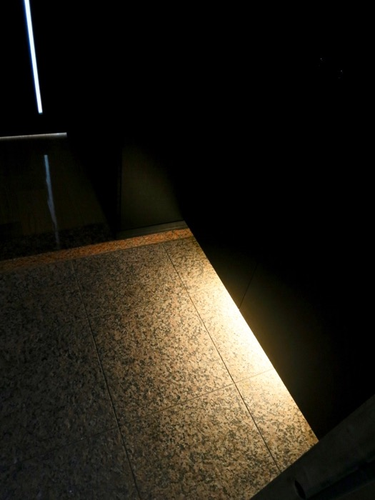 玄関・コンクリート打ちっ放し&ブラックのクールな玄関。フットライトもいい雰囲気。ARK HOUSE 南館 3A 何もかもが魅力的な創造空間。1