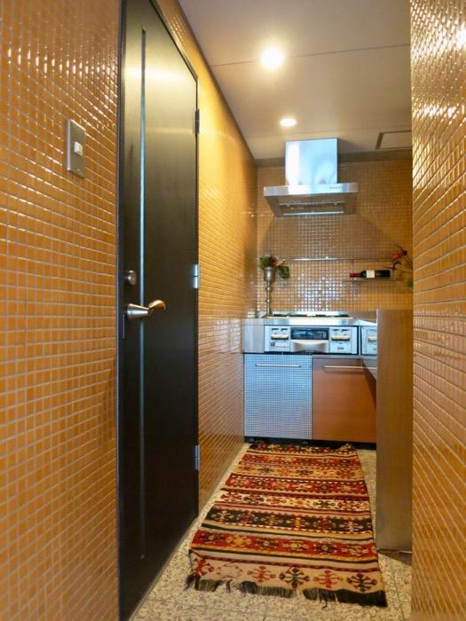 キッチン。鮮やかでお洒落なモザイクタイル貼りのキッチン。ARK HOUSE 南館 3A 何もかもが魅力的な創造空間。2
