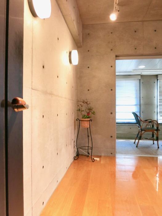 コンクリート打ちっ放しのクールなお部屋。6帖(サンルーム付き)。ARK HOUSE 南館 3A 何もかもが魅力的な創造空間 ARK HOUSE 南館 3A 何もかもが魅力的な創造空間。4