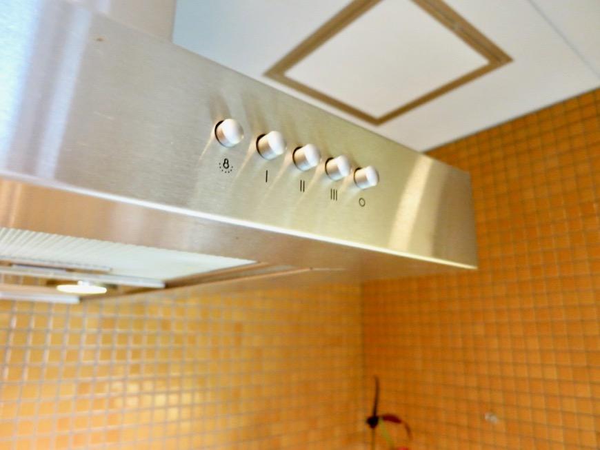 キッチン。鮮やかでお洒落なモザイクタイル貼りのキッチン。ARK HOUSE 南館 3A 何もかもが魅力的な創造空間。30