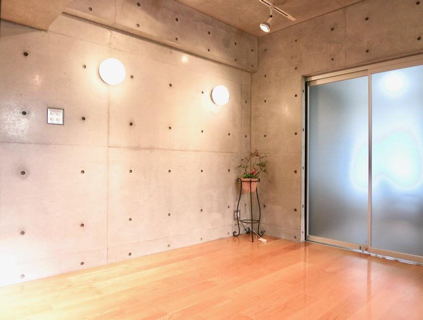 コンクリート打ちっ放しのクールなお部屋。6帖(サンルーム付き)。ARK HOUSE 南館 3A 何もかもが魅力的な創造空間。16