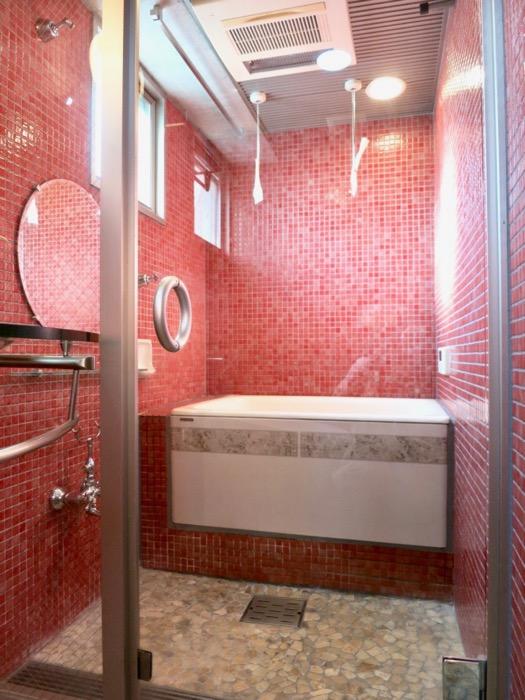 バスルーム&トイレ。鮮やかでお洒落なモザイクタイル貼りのバスルーム&トイレ。ARK HOUSE 南館 3A 何もかもが魅力的な創造空間。18