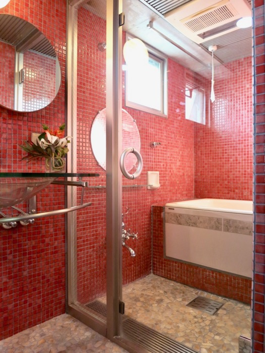 バスルーム&トイレ。鮮やかでお洒落なモザイクタイル貼りのバスルーム&トイレ。ARK HOUSE 南館 3A 何もかもが魅力的な創造空間。15
