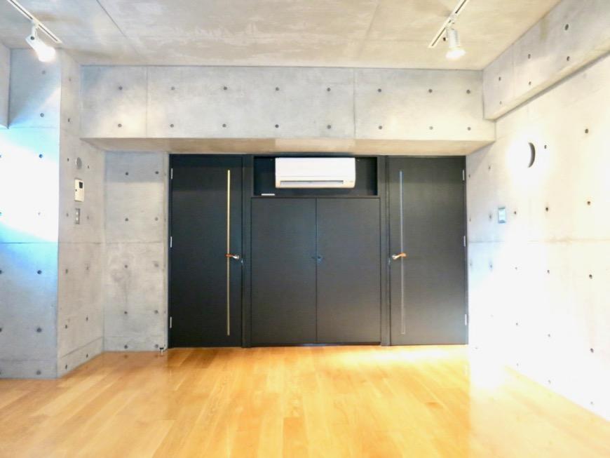 コンクリート打ちっ放しのクールなお部屋。6帖(サンルーム付き)。ARK HOUSE 南館 3A 何もかもが魅力的な創造空間。11
