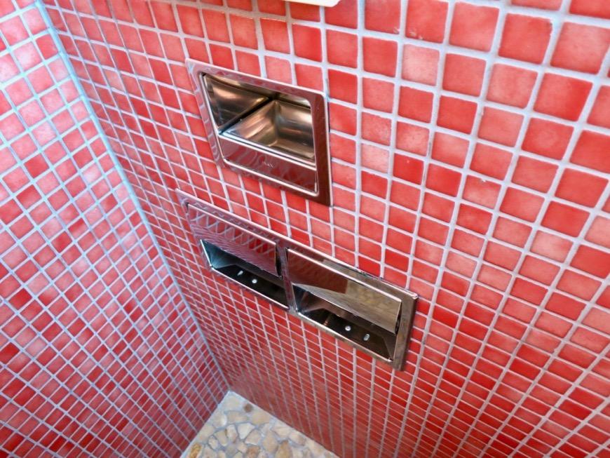 バスルーム&トイレ。鮮やかでお洒落なモザイクタイル貼りのバスルーム&トイレ。ARK HOUSE 南館 3A 何もかもが魅力的な創造空間。7