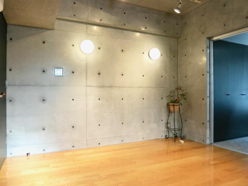コンクリート打ちっ放しのクールなお部屋。6帖(サンルーム付き)。ARK HOUSE 南館 3A 何もかもが魅力的な創造空間。8