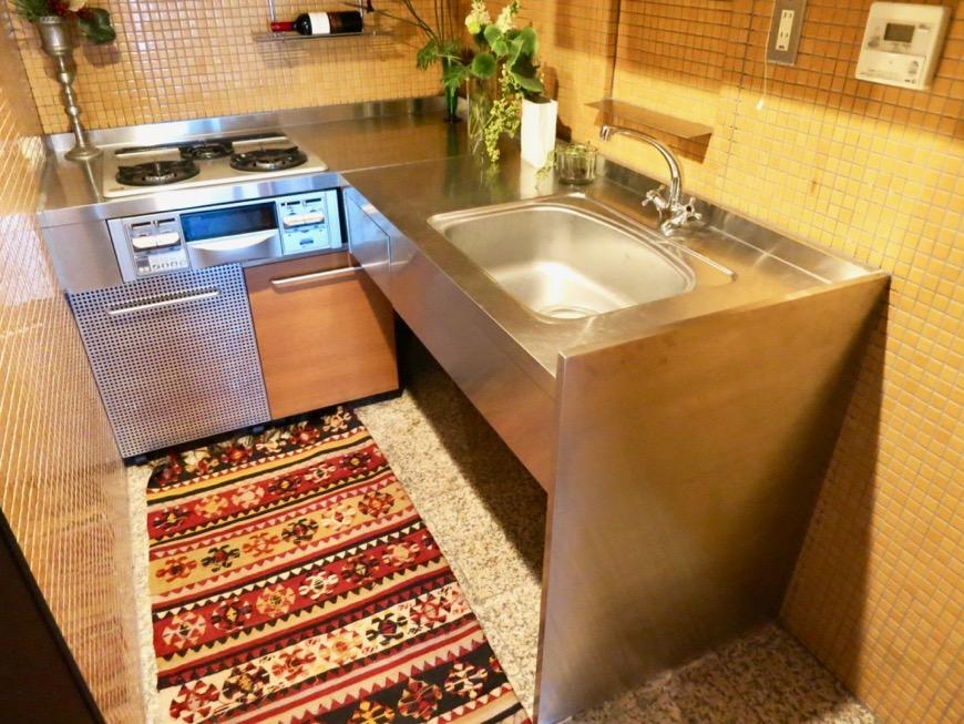 キッチン。鮮やかでお洒落なモザイクタイル貼りのキッチン。ARK HOUSE 南館 3A 何もかもが魅力的な創造空間。3