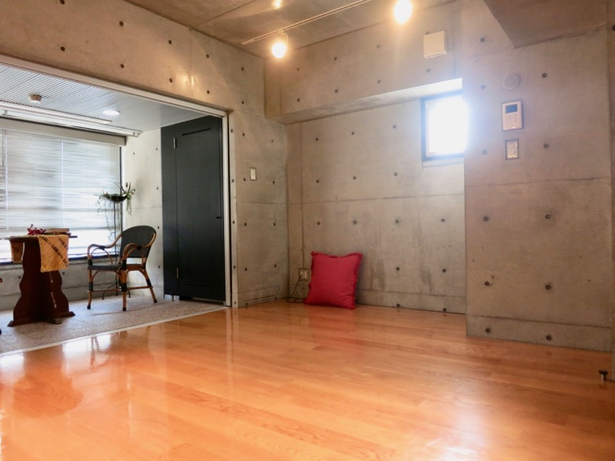 コンクリート打ちっ放しのクールなお部屋。6帖(サンルーム付き)。ARK HOUSE 南館 3A 何もかもが魅力的な創造空間 ARK HOUSE 南館 3A 何もかもが魅力的な創造空間。5