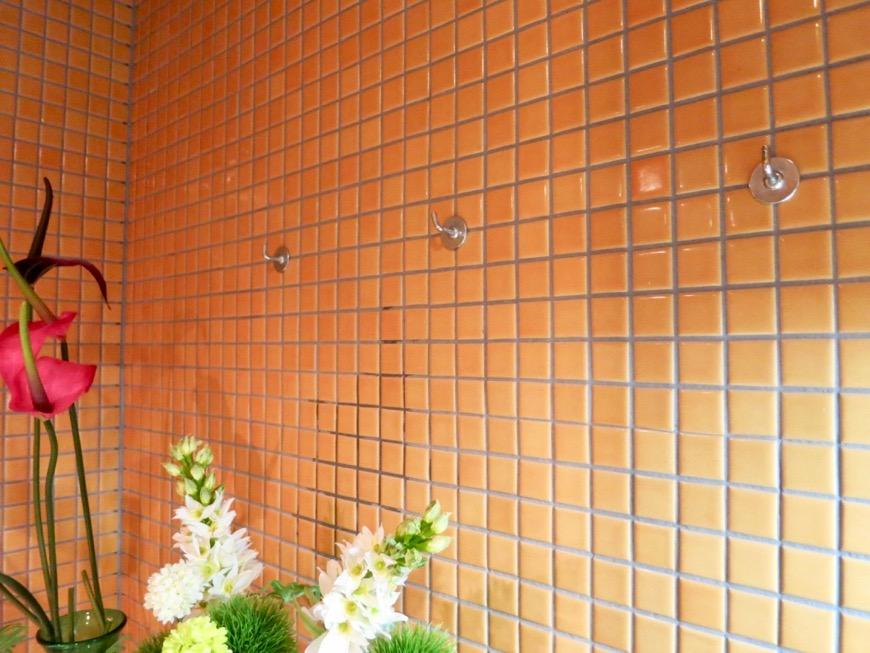 キッチン。鮮やかでお洒落なモザイクタイル貼りのキッチン。ARK HOUSE 南館 3A 何もかもが魅力的な創造空間。25