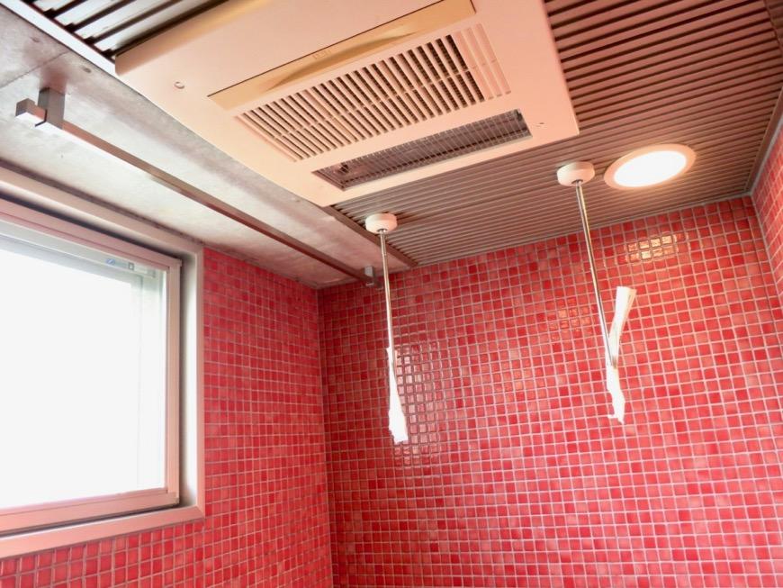 バスルーム&トイレ。鮮やかでお洒落なモザイクタイル貼りのバスルーム&トイレ。ARK HOUSE 南館 3A 何もかもが魅力的な創造空間。17